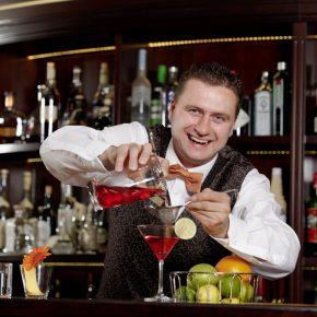 """Barkeeper Sebastian Wachs bei der Arbeit in der """"Palais Bar"""". Foto: Bülow Palais & Residenz"""