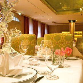 """Grün- und Goldtöne dominieren das Interieur des Gourmet-Restaurants """"Caroussel"""". Foto: Bülow Palais & Residenz"""