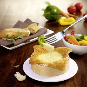 """Schnell und einfach zubereitet: """"Rougette - Der kleine Ofenkäse"""" zum Schlemmen und Dippen. Foto: djd/Käserei Champignon"""