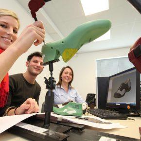 Bild 2: v.l.n.r., Isabel van de Sand (24), Daniel Dörfler (25) und Kathrin Heyder (25) arbeiten an einem Schuhmodell