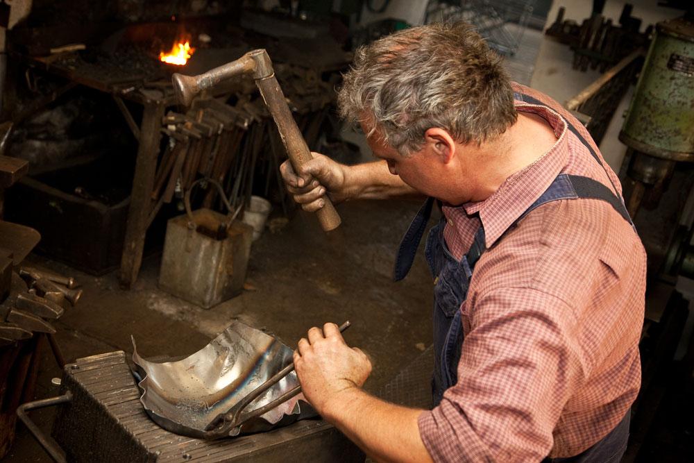 Bis zu 30.000 Hammerschläge stecken in einer Kuhglocke von Schmied Gerhard Bertele aus dem Allgäu.