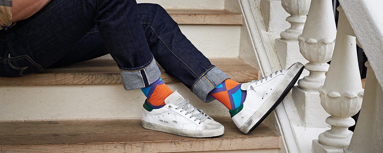 Violette Socken mit Karos.