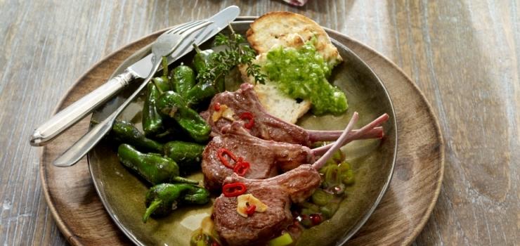 Gegrillte Lammkoteletts mit pikanter Salsa