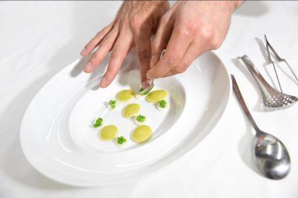 Rezept: Raviolini gefüllt mit Erbsen, Kaninchen in Pfeffer Infusion, Ricotta und Erbsensprossen 7